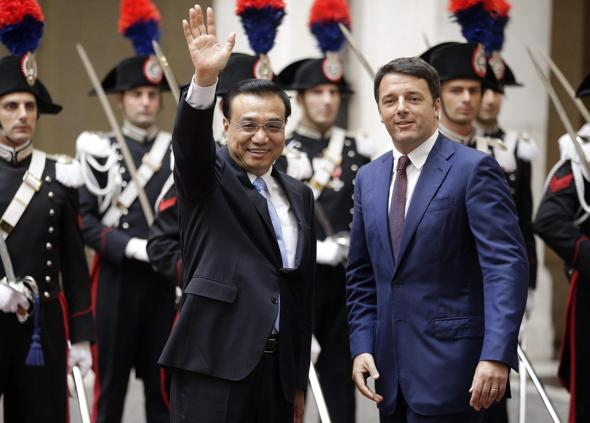 Italian Prime Minister Renzi stands next to China's Premier Li as they arrives for a meeting at Chigi Palace in Rome